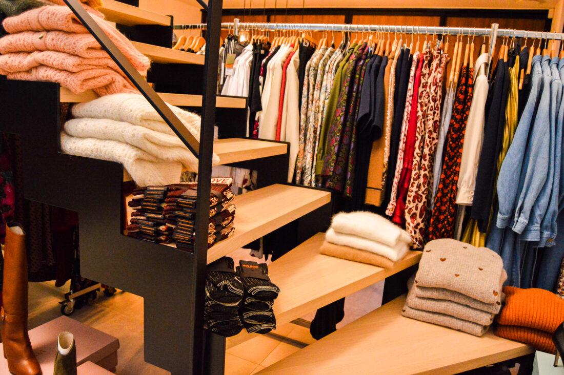 kleding in huiselijke sfeer op de trap
