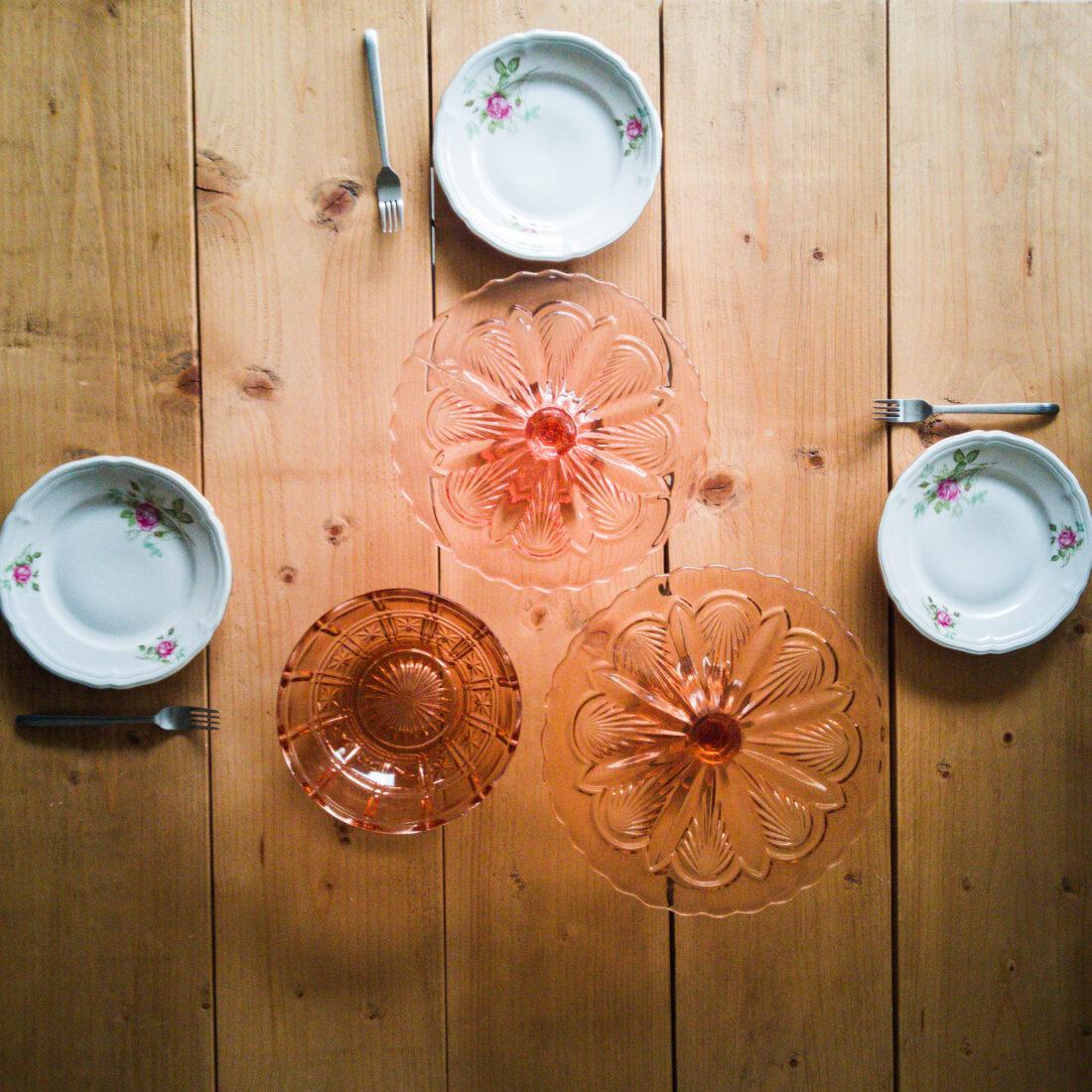 roze glaswerk en bloemetjesservies