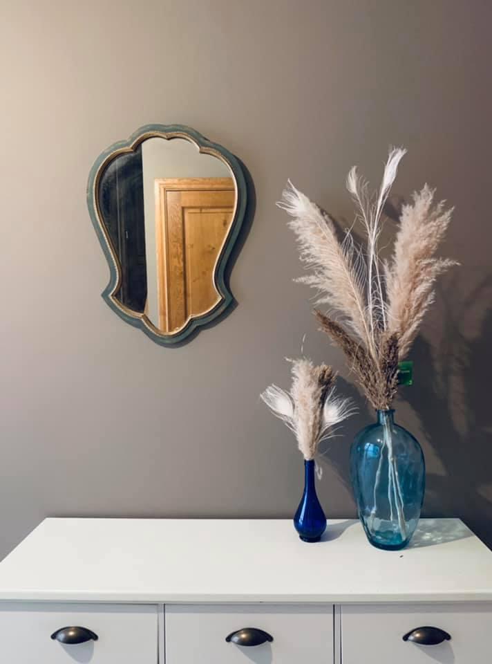 2 blauwe vazen en oude spiegel